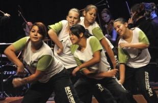 O Baturidança é um grupo de dança de rua e percussão, formado por crianças e adolescentes de comunidades carentes da região do Vale dos Sinos.