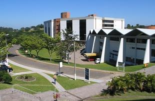 No Centro Administrativo da Unisinos, você encontra diferentes serviços e conveniências, como livrarias, farmácias, restaurantes e agências bancárias.