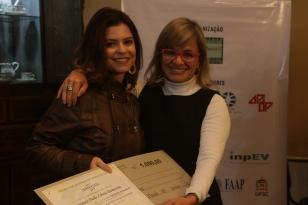 Doutoranda Fernanda Dalla Libera Damacena recebendo o Prêmio.