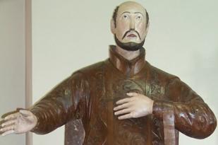 As esculturas em madeira de Valter Frasson, artista de São Leopoldo reconhecido em todo o Brasil, apresentam articulações nos braços e pernas, que serviam para encenações sacras.