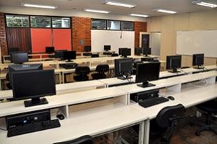 Sala de informática da Escola Politécnica, localizada na sala D10 100K