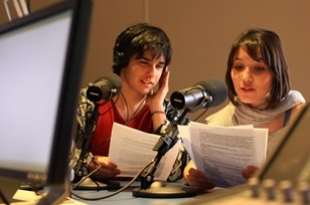 Na Unisinos FM, entrevistas, noticiários e uma programação musical eclética.