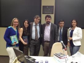Professor Dr. François Ost (Faculdades Universitárias de Saint Louis, da Bélgica) com o Coordenador do PPGD, Prof. Leonel Severo Rocha, e alunos do Mestrado e Doutorado.