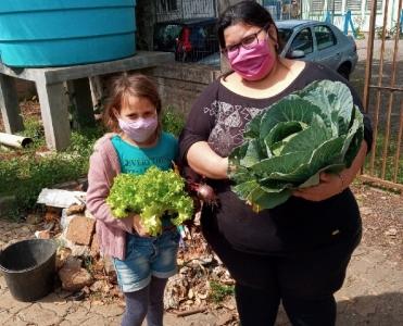 Na pandemia, alimentos cultivados em projeto social são doados a famílias dos participantes